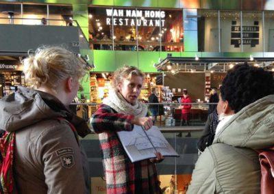 Gids met beeldboek in de Markthal.