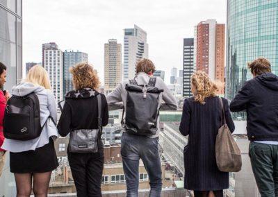 Bezoek aan het dakterras met zicht over Rotterdam centrum.