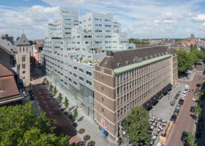 Het oude en nieuwe Stadstimmerhuis. De wolk van glas en staal van OMA en het oude een ontwerp van J.R.A. Koops.