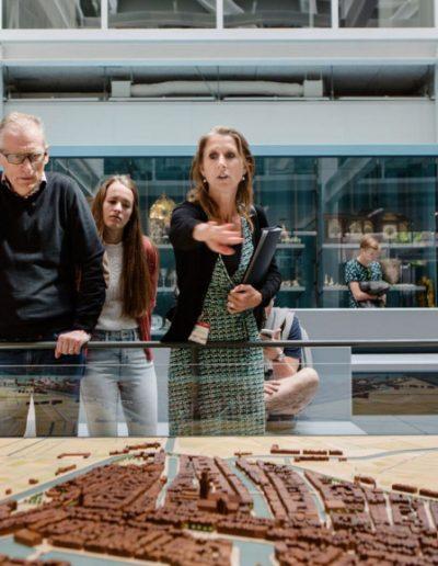 Tijdens de tour wordt er een bezoek aan Museum Rotterdam gebracht.
